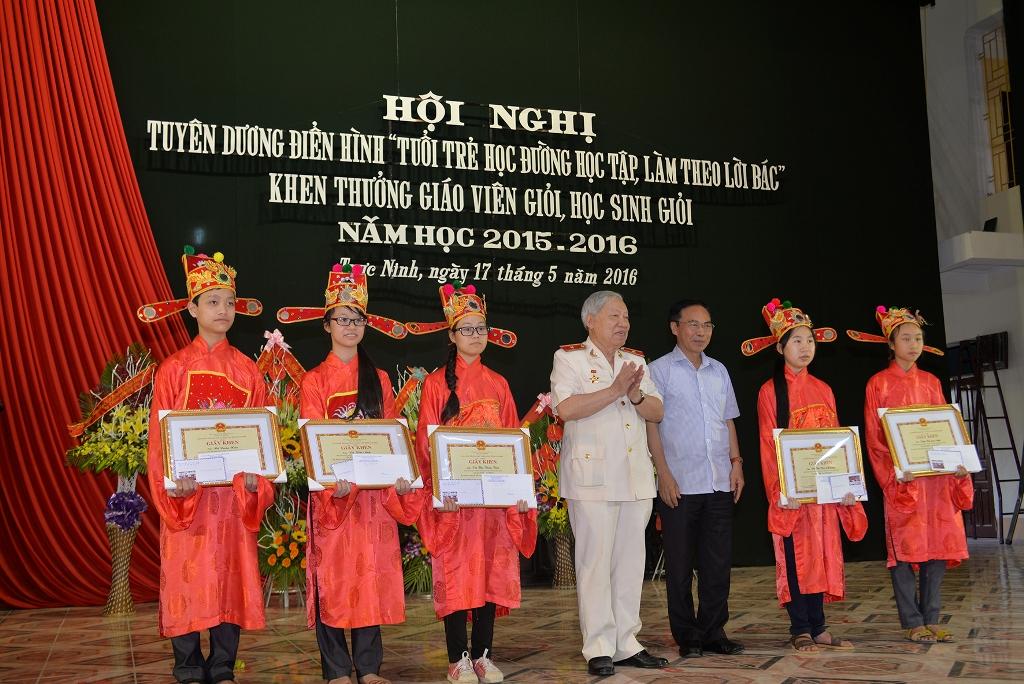ong-phan-van-lai-trao-nhat-tinh